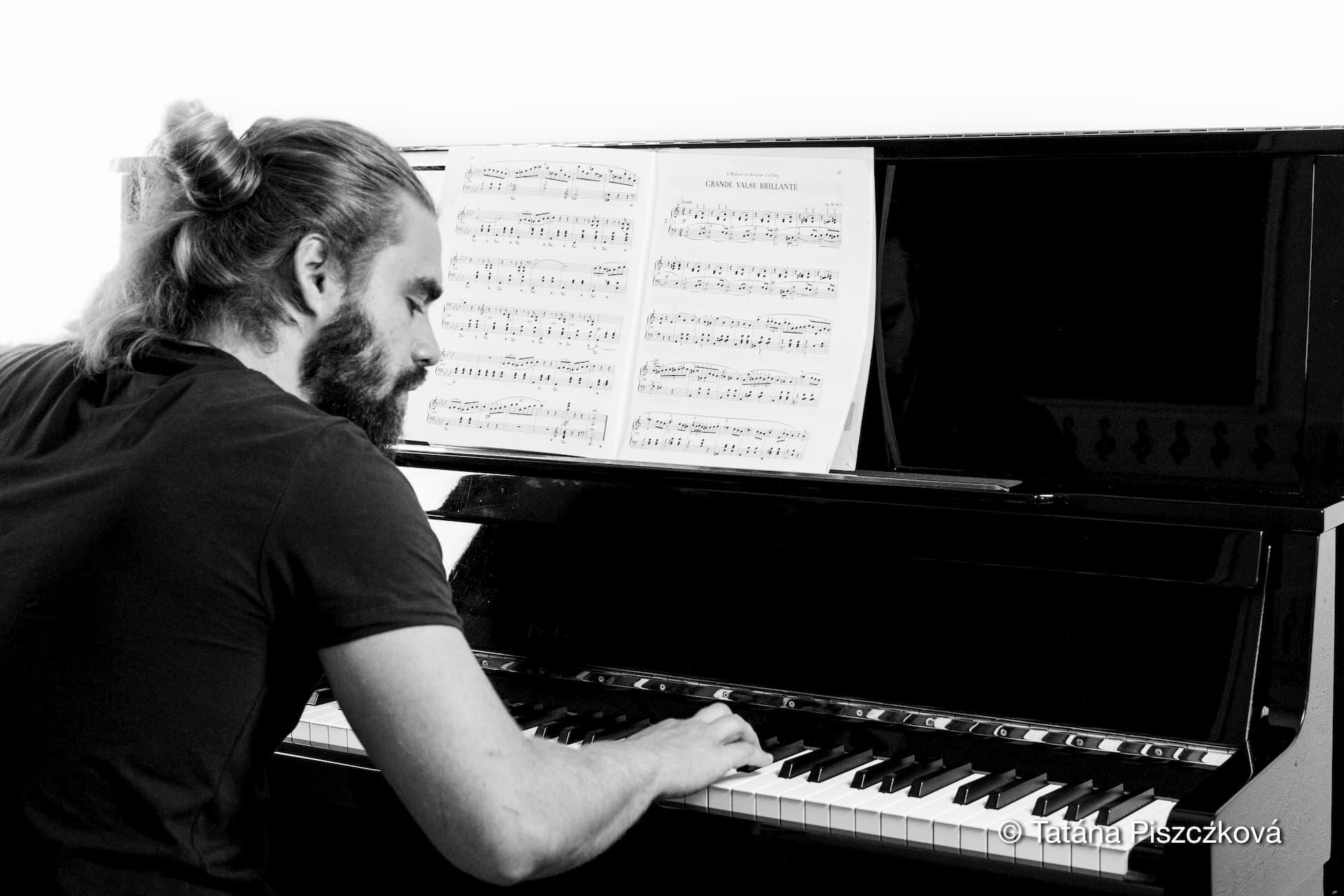 Volwassen man op piano